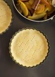 与面团一起使用 为苹果饼的烘烤和成份形成 图库摄影