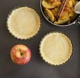 与面团一起使用 为苹果饼的烘烤和成份形成 免版税库存图片