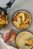 与面团一起使用 为苹果饼的烘烤和成份形成 库存照片