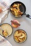 与面团一起使用 为苹果饼的烘烤和成份形成 免版税库存照片