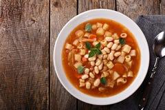 与面团和豆的素食蔬菜通心粉汤汤 图库摄影