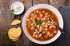 与面团和豆的素食蔬菜通心粉汤汤 库存图片