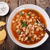 与面团和豆的素食蔬菜通心粉汤汤 免版税库存图片