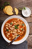 与面团和豆的素食蔬菜通心粉汤汤 库存照片