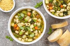 与面团的新鲜蔬菜汤 免版税库存照片