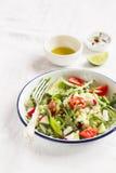 与面团的菜沙拉在葡萄酒板材 库存图片