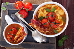 与面团的蕃茄汤 库存图片