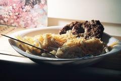 与面团taglietelle的自创蔬菜炖肉博洛涅塞 博洛涅塞调味汁做用剁碎的猪肉和牛肉肉,红萝卜,芹菜 免版税库存照片