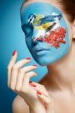 与面孔艺术的美好的时装模特儿在冬天样式。 免版税库存照片