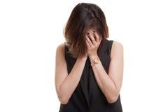 与面对的棕榈的哀伤的年轻亚洲妇女啼声 免版税库存照片