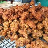 与面粉面团,泰国的地方热的油煎的酥脆鸡 免版税库存图片