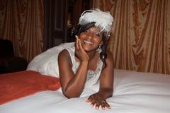 与面纱的美丽的非裔美国人的新娘画象在她的面孔 免版税图库摄影