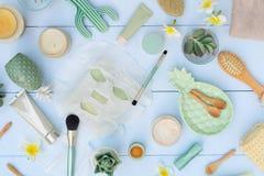 与面部化妆产品的秀丽背景 免版税库存图片