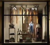 与鞋子、袋子和时装模特的精品店窗口 免版税库存图片