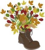 与鞋子和叶子的秋天背景 库存照片