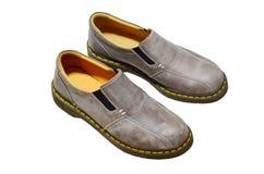 与鞋子的男性时尚在白色背景 免版税库存图片