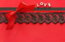 与鞋带和丝带的红色丝绸背景 库存图片
