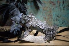 与鞋带和金刚石的狂欢节面具 免版税库存图片