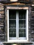 与鞋带的农舍窗口 免版税图库摄影