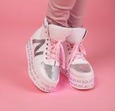 与鞋带的发光的女孩起动 青少年的成人的, Fa被带领的鞋子 免版税库存图片