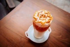 与鞭子奶油和焦糖纹理的泰国茶顶部 库存照片