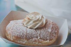 与鞭子奶油的油炸圈饼 免版税库存图片
