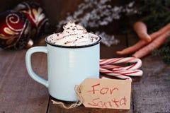 与鞭子奶油的热的可可粉圣诞老人的 库存图片