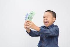 年轻与韩国被赢取的钞票的男孩以愉快和微笑 免版税库存图片