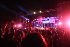 与音乐会人群的被弄脏的阶段与光 库存照片
