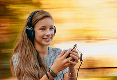 与音乐耳机的乐趣 图库摄影