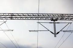 与顶上的输电线的电铁路。 免版税库存照片