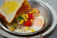 与顶部的泛油煎的鸡蛋在我自创 免版税库存照片