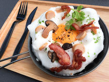 与顶部的泛油煎的鸡蛋 免版税库存图片
