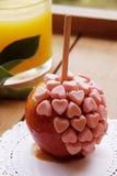 与顶部的甜焦糖苹果 免版税图库摄影