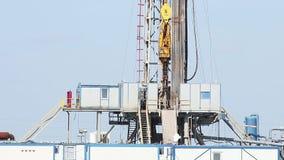与顶面驱动系统的石油钻井船具 股票录像