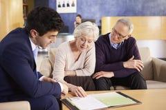 与顾问的资深夫妇会议在医院 免版税库存图片