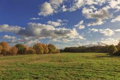 与领域和天空的秋天风景 免版税图库摄影