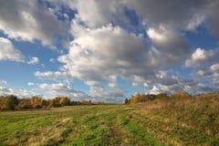 与领域和天空的秋天风景 免版税库存图片