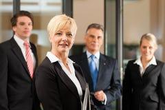 与领导先锋的企业小组在办公室 免版税库存照片