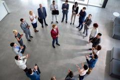 与领导的企业队在圈子的中心 库存图片