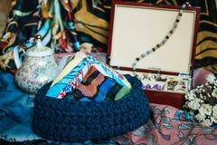 与领巾的钩针编织篮子 库存图片
