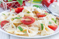 与领带面团、希腊白软干酪、蕃茄、芥末和蓬蒿的意大利面制色拉,水平 库存照片