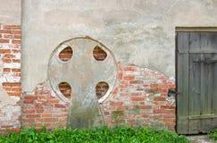 与题字的一个十字架在对Znamensky大教堂的墙壁上 图库摄影