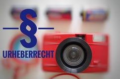 与题字的照相机用德语在版权的英国阐明的§ Urheberrecht 库存照片