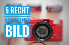 与题字的照相机用德语§ Recht上午eigenen在英国权利的Bild对您自己的图片 库存照片