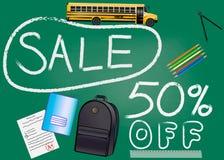 与题字的现实绿色信号旗回到学校销售在绿色背景的百分之五十折扣 样式与 免版税库存照片