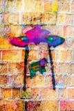 与题字街道画的五颜六色的墙壁表面 库存照片