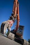 与颚式破碎机附件的挖掘机 免版税库存图片