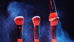 与颜色化妆用品粉末的构成刷子 股票视频