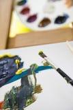 与颜色和帆布的画笔 免版税库存照片